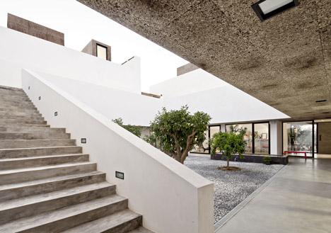 dezeen_Villa-Extramuros-by-Vora-Arquitectura_10a